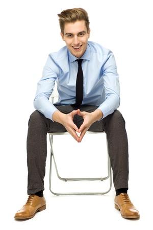 Knappe jonge man zit
