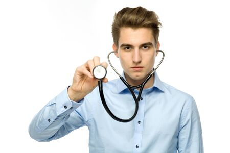 estetoscopio corazon: Hombre que sostiene el estetoscopio