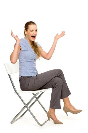 mujer sentada: Mujer atractiva que se sienta en la silla Foto de archivo