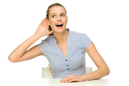 personas escuchando: Mujer joven que echar mano a la oreja