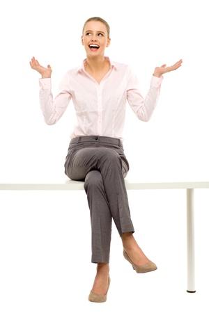 femme assise: Femme assise sur la table avec un ordinateur portable Banque d'images