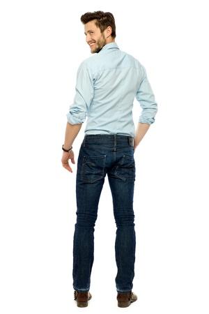 espalda: Vista posterior de la joven de pie