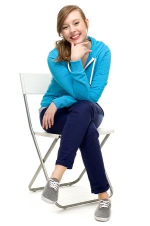 mujer sentada: Joven mujer sentada en una silla