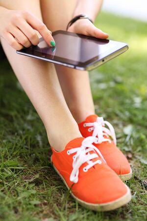 Dívka pomocí digitální tablet Reklamní fotografie