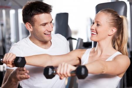 men exercising: Mujer ejercicio con entrenador personal