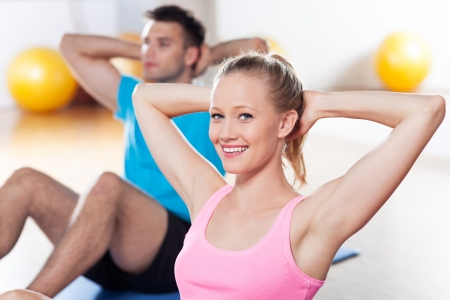 man working out: Couple working out at a health club