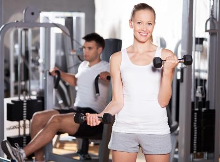 men exercising: Pareja ejercicio en el gimnasio