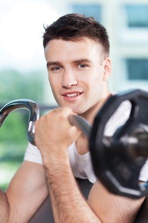 lifting weights: El hombre levantando pesas
