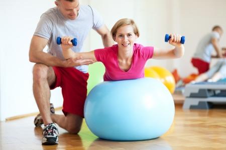 Donna che esercita con personal trainer