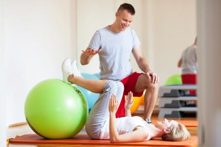 aide à la personne: Femme travaillant avec un entraîneur personnel