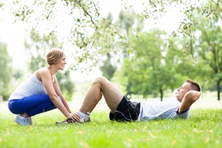 hombres haciendo ejercicio: El ejercicio de Pareja en el parque Foto de archivo