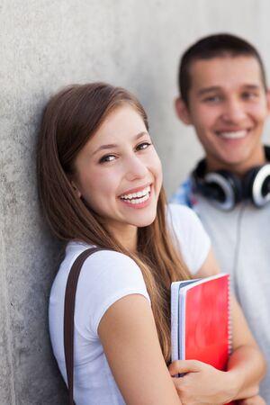 pareja de adolescentes: Estudiantes felices Foto de archivo