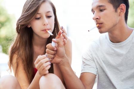 Tiener paar rokers