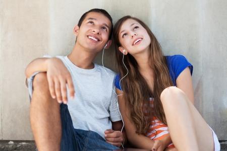 listening to music: Pareja joven escuchando m�sica juntos