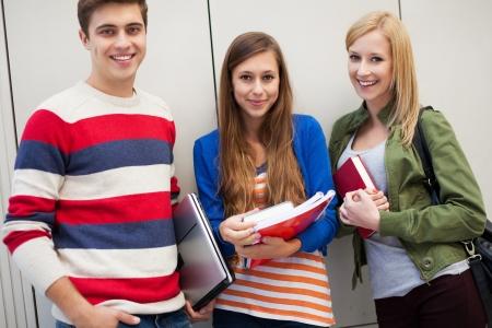 Tres estudiantes de pie junto