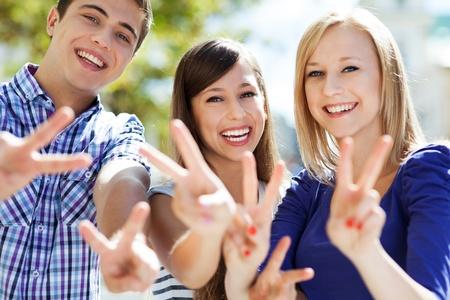 simbolo de la paz: Los jóvenes que muestran signo de la paz