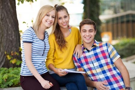 adolescentes riendo: Felices los j�venes Foto de archivo