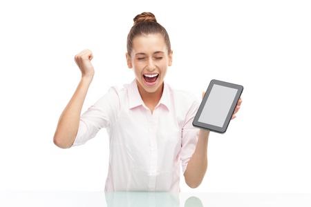 puños cerrados: Joven mujer con tableta digital Foto de archivo