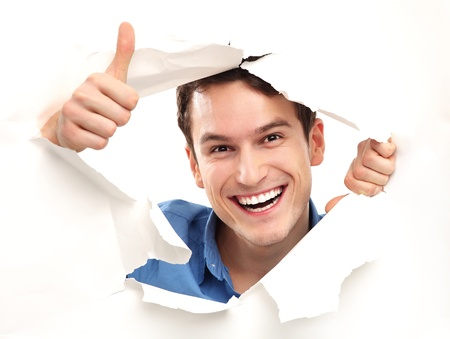 Man met thumbs up gluren door papier gat