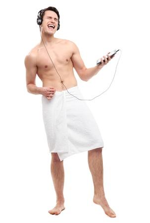 hombre desnudo: El hombre envuelto en una toalla de escuchar música
