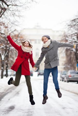 outerwear: Coppie che saltano nella neve