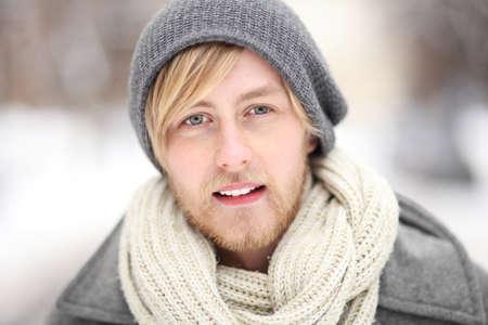 hombre con barba: Hombre joven en ropa de invierno Foto de archivo