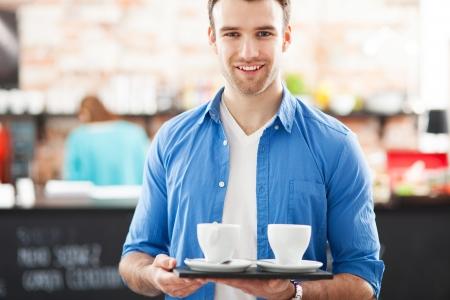 negocios comida: Camarero con bandeja de caf� en Foto de archivo
