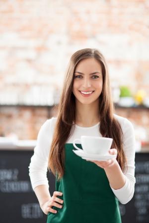Serveuse servir le café