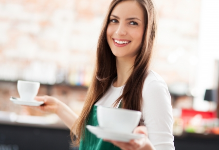 negocios comida: Camarera que sirve caf�