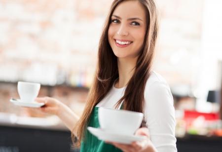 Serveuse servir le café Banque d'images
