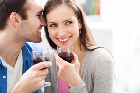disfrutar: Pareja joven bebiendo vino Foto de archivo
