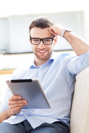 usando computadora: El hombre se relaja con tableta digital