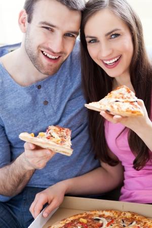 rebanada de pizza: Pareja comiendo pizza Foto de archivo