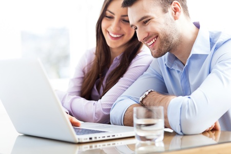 work together: Zakelijke paar met behulp van laptop