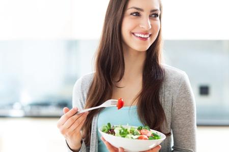 ensalada: Mujer comiendo una ensalada