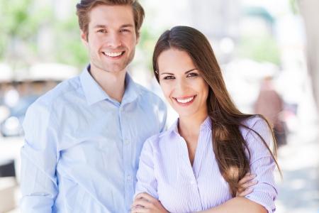 personas: Negocios pareja al aire libre Foto de archivo