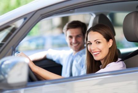chofer: Pareja joven sentado en el coche Foto de archivo