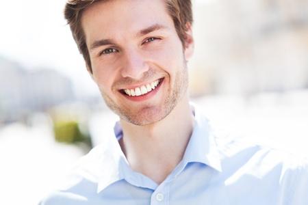 uomo felice: Giovane uomo sorridente