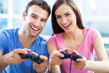 playing video games: Pareja jugando juegos de video