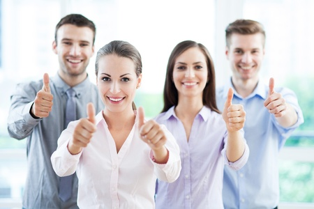 thumbs up group: Giovani uomini d'affari che mostra i pollici in su