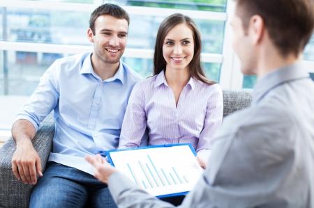 Echtpaar ontmoeting met financieel adviseur