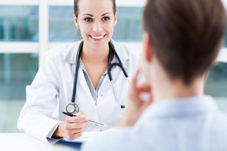 paciente: Mujeres m�dico habla con el paciente Foto de archivo