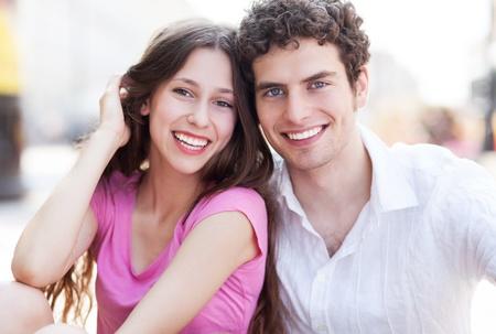 pareja de adolescentes: Pareja joven sonriendo