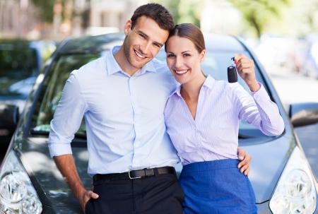 Jeune couple avec clés de voiture neuve