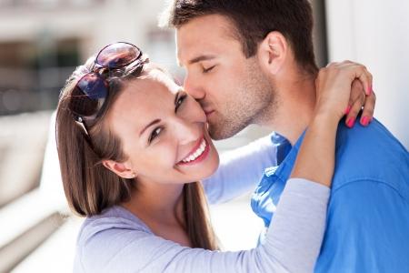 jovenes: Joven pareja cari?osa Foto de archivo
