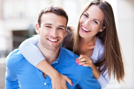 couple enlac�: Jeune couple embrassant Banque d'images