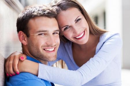 persona feliz: Abrazos joven pareja Foto de archivo