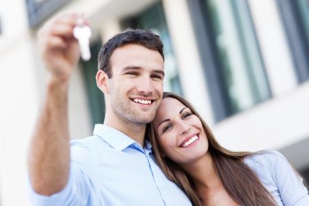 haus: Paare, die ihr neues Haus Tasten Lizenzfreie Bilder