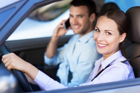 hombre manejando: Pareja en el interior del coche