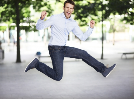 El hombre que salta emocionado